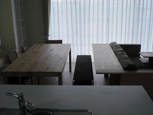 テーブルとカウンターソファ、両用のベンチ